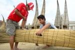 Santos Urcia and Juninho building a Caballito de Totora. Credit: ISA/ Michael Tweddle